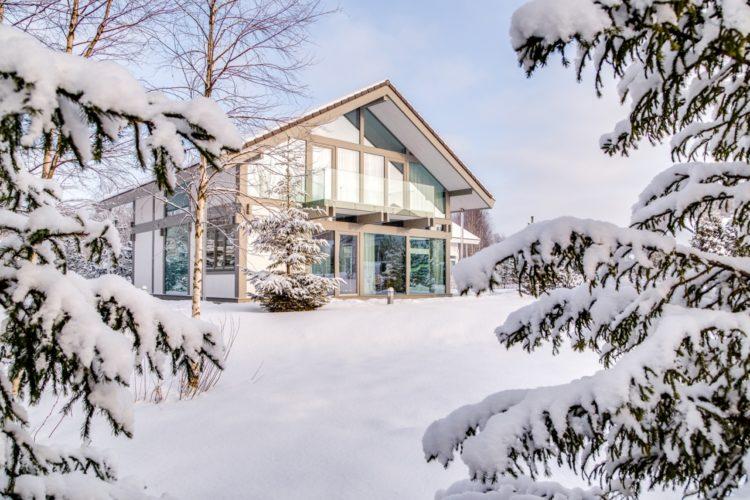 Строительство зимой: стоит ли начинать?
